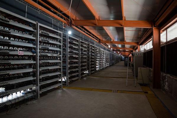 Bitcoin miners in de Ordos mijn van Bitmain (foto door Aurelien Foucault voor Quartz)