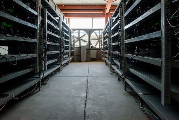 De Ordos mijn van Bitmain wordt gekoeld met grote industriële ventilatoren (foto door Aurelien Foucault voor Quartz)