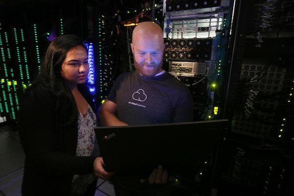 Software engineers Shibani Raikar en Brad Hoover testen IBM Cloud Private automatiseringssoftware in het IBM Cloud Innovation Lab in Austin, Texas (foto door: Jack Plunkett/Feature Photo Service for IBM)